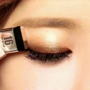 Other - Woman's makeup 3-second eyeshadow